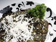 Задушена бяла риба в лозови листа със сирене
